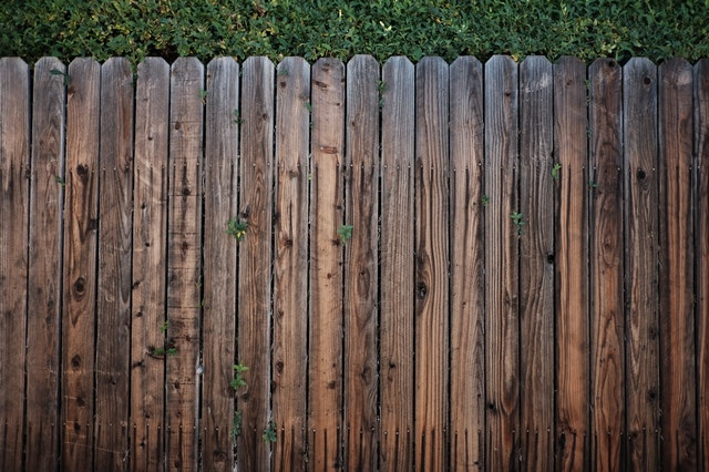 Waar moet je op letten bij de aanschaf van een houten poort?